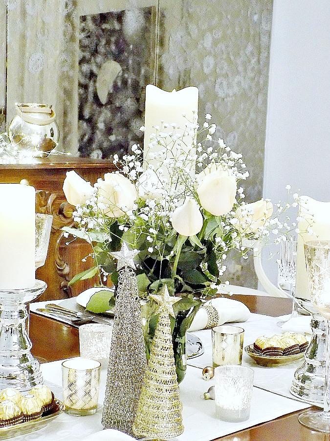 Λουλούδια και κεριά στο γιορτινό τραπέζι της Πρωτοχρονιάς