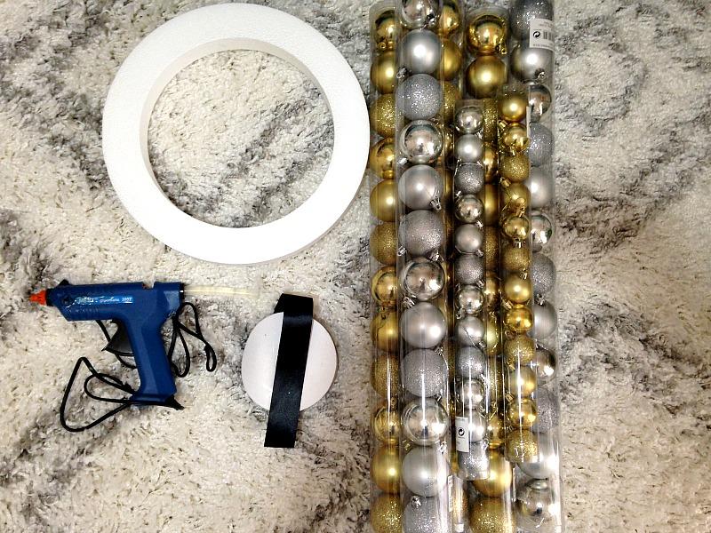 Υλικά για να φτιάξεις χριστουγεννιάτικο στεφάνι από μπάλες