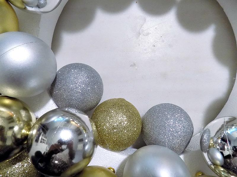 Πως να φτιάξεις ένα λαμπερό στεφάνι για τα Χριστούγεννα