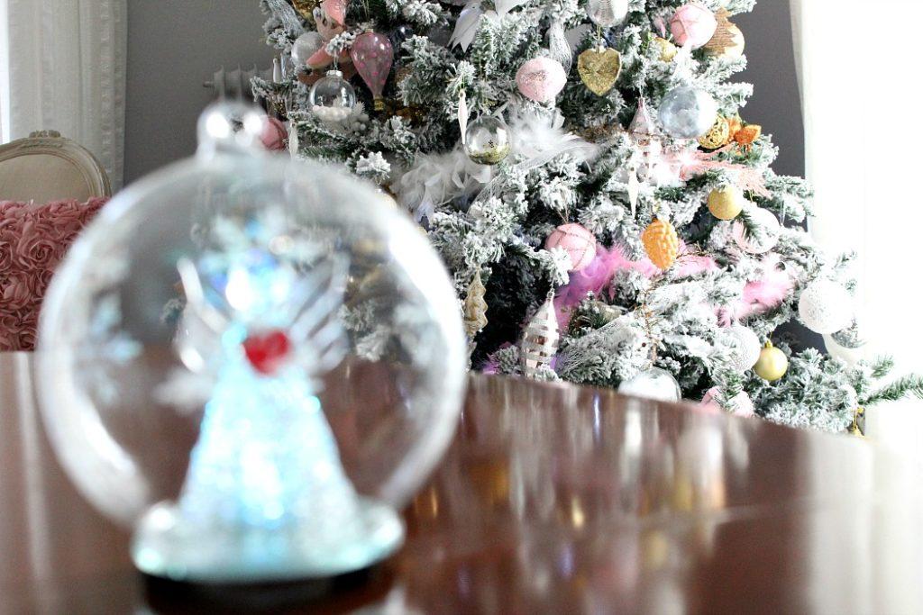 Χριστουγεννιάτικη διακόσμηση σε ροζ, χρυσό, λευκό και ασημένιο χρώμα