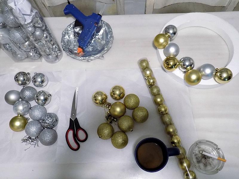 Πως να φτιάξεις ένα χριστουγεννιάτικο στεφάνι από μπάλες