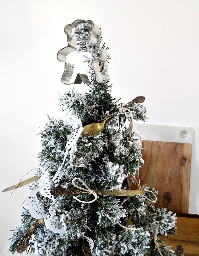 Χριστουγεννιάτικο δεντράκι στην κουζίνα με στολίδια παλιά μαχαιροπήρουνα