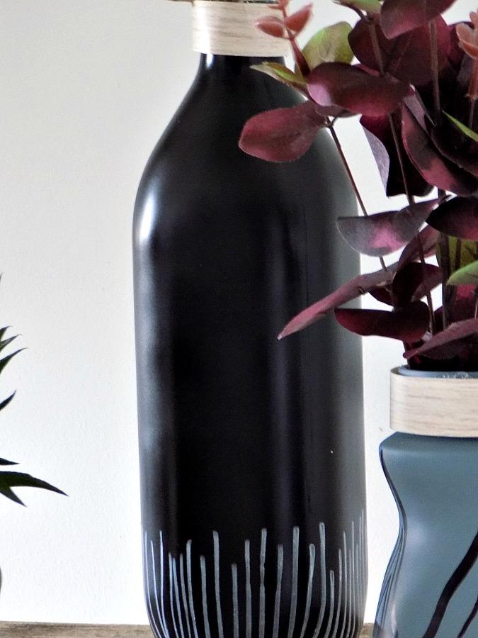 Μίνιμαλ μαύρο μπουκάλι ανθοδοχείο με άσπρα γεωμετρικά σχέδια