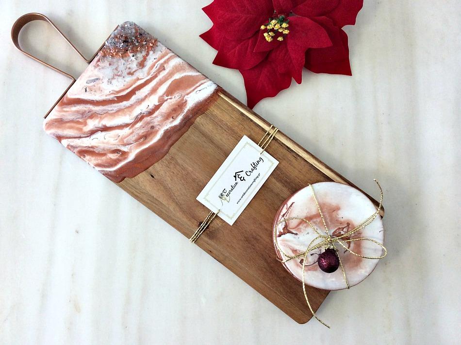 Ξύλο κοπής σουβέρ με υγρό γυαλί και κρύσταλλα