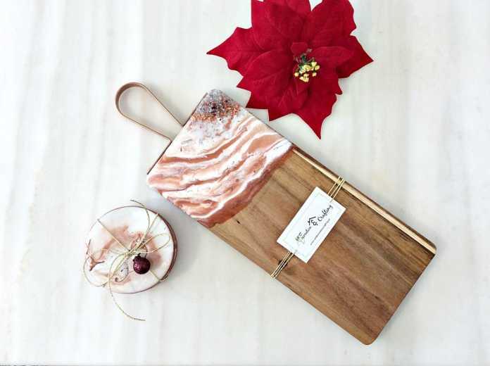 Διακοσμητικοί δίσκοι, ξύλο κοπής και σουβέρ με υγρό γυαλί και κρύσταλλα