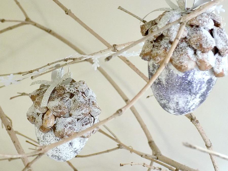 Χριστουγεννιάτικη διακόσμηση με κουκουνάρια