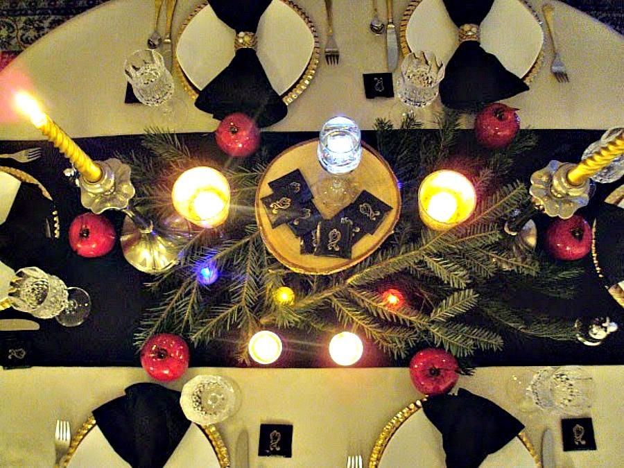 Παραμονή Πρωτοχρονιάς στο τραπέζι στολισμένο με μαύρο και χρυσό χρώμα