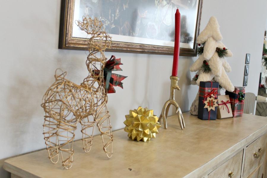 Χριστουγεννιάτικη διακόσμηση πάνω στο έπιπλο εισόδου