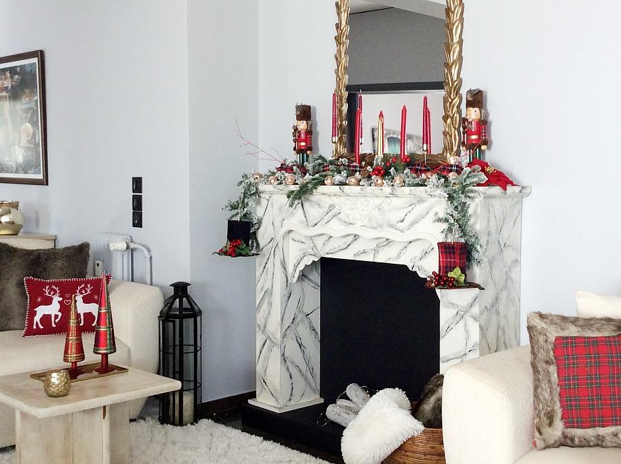 Christmas red and plaid fireplace. christmas living room decor ideas | Ημίψηλα καπέλα χριστουγεννιάτικα στολίδια, χριστουγεννιάτικη διακόσμηση σε κόκκινο καρώ