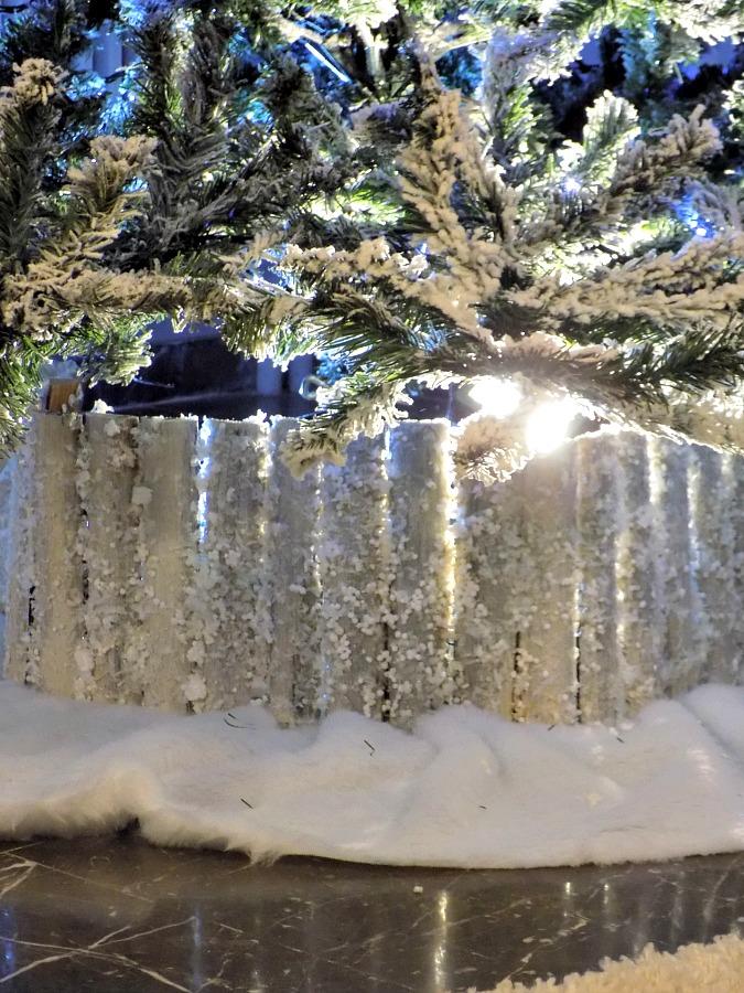 Χιονισμένος φράχτης για το χριστουγεννιάτικο δέντρο
