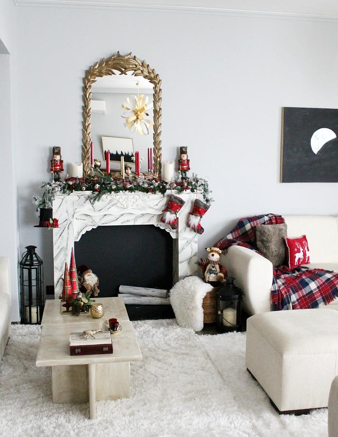 Faux fireplace all decked out for Christmas | Χριστουγεννιάτικη διακόσμηση στο τζάκι, κόκκινα Χριστούγεννα