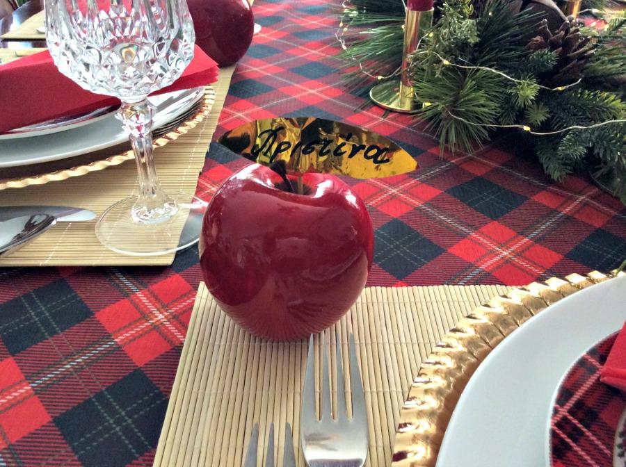 Πως να στρώσεις ένα γιορτινό τραπέζι, διακοσμητικό κόκκινο μήλο