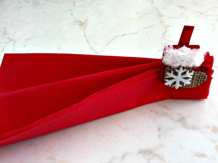 Κόκκινη χαρτοπετσέτα για το γιορτινό τραπέζι
