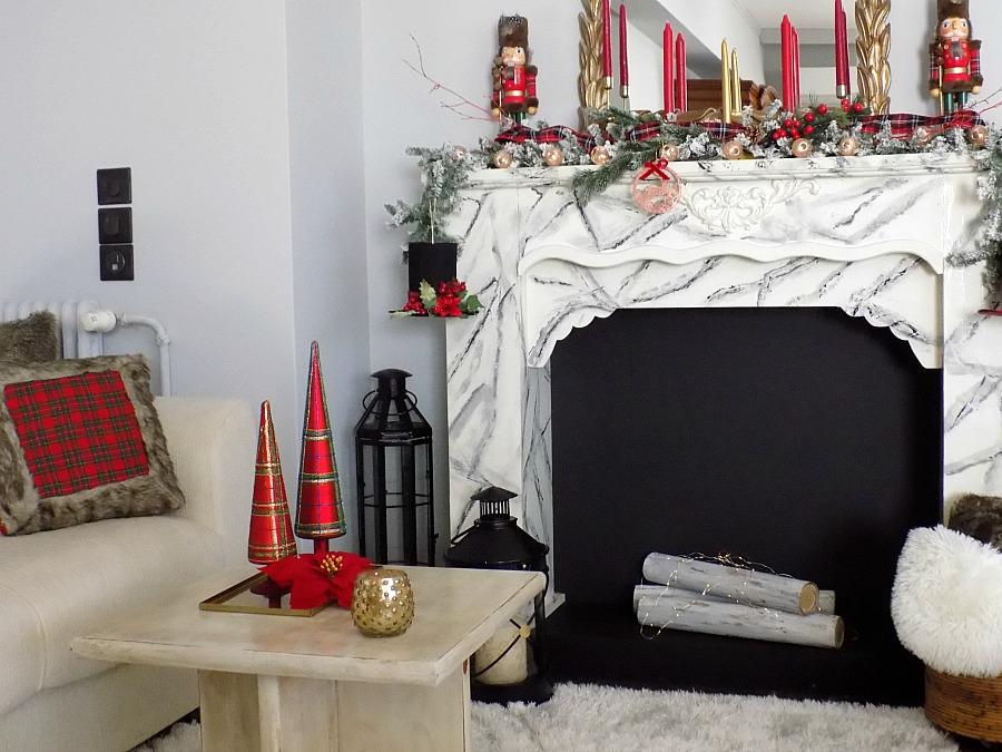 Χριστουγεννιάτικη διακόσμηση στο τζάκι σε τόνους κόκκινου και καρώ