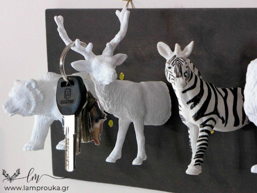 Παιδικά παιχνίδια στην διακόσμηση, κλειδοθήκη από πλαστικά ζωάκια