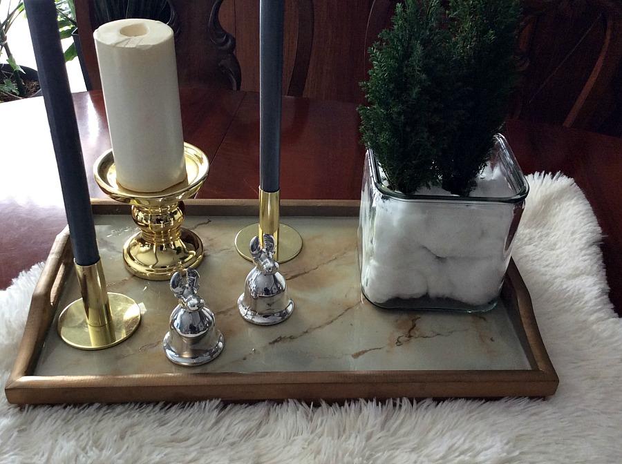 Εννέα tips για την μετάβαση από την γιορτινή διακόσμηση στη χειμωνιάτικη, δίσκος με υγρό γυαλί, κηροπήγια, μίνι κωνοφόρα δεντράκια