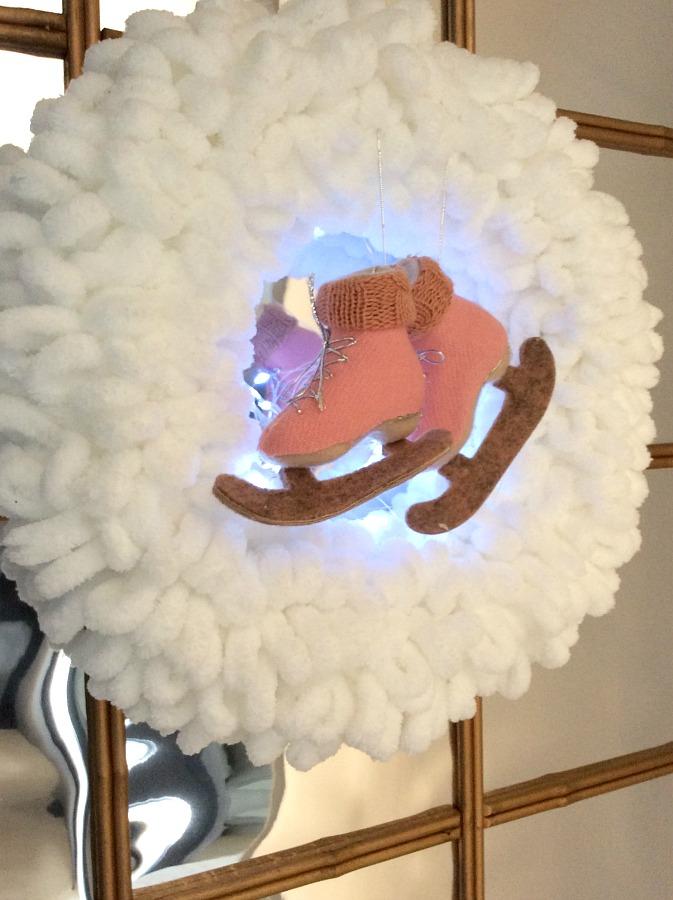 Εννέα tips για την μετάβαση από την γιορτινή διακόσμηση στη χειμωνιάτικη, στεφάνι με παγοπέδιλα