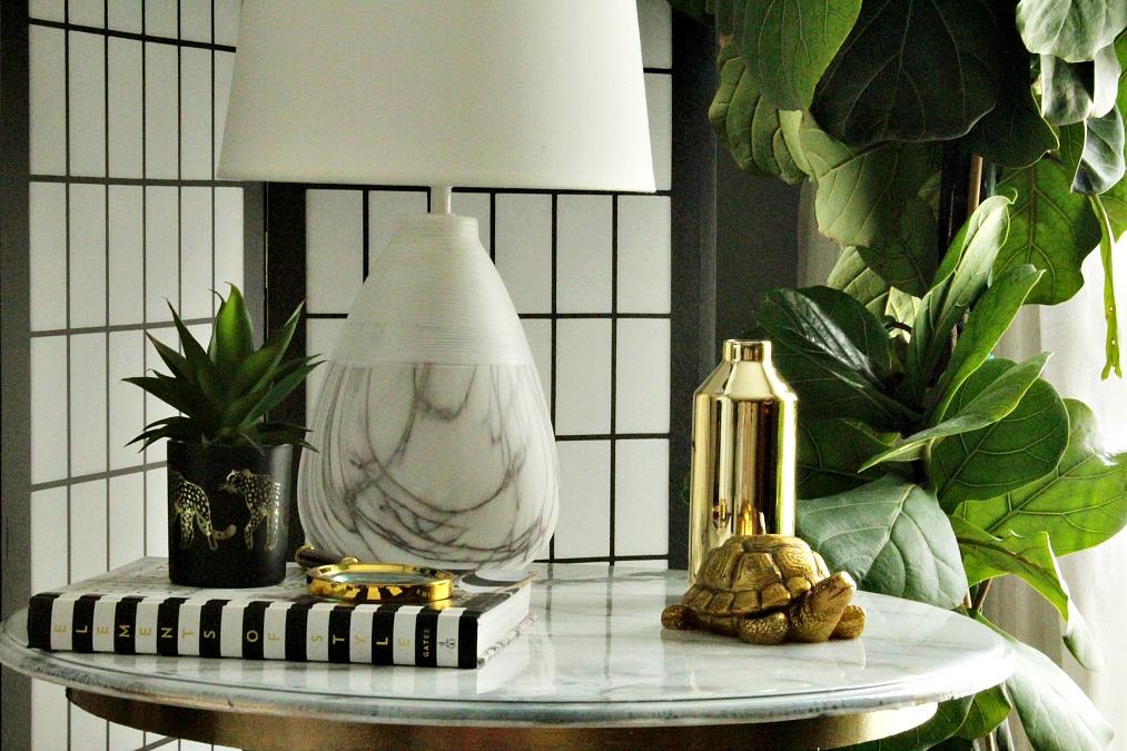 Faux carrara marble side table diy, marble table lamp, fiddle leaf fig | Μαρμάρινο τραπεζάκι με μπρούτζινη βάση