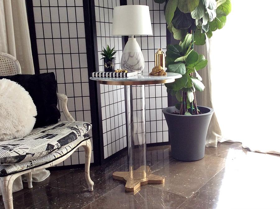 Μαρμάρινο τραπεζάκι με μπρούτζινη βάση και plexiglass πόδι | Faux carrara marble side table diy, marble table lamp, fiddle leaf fig