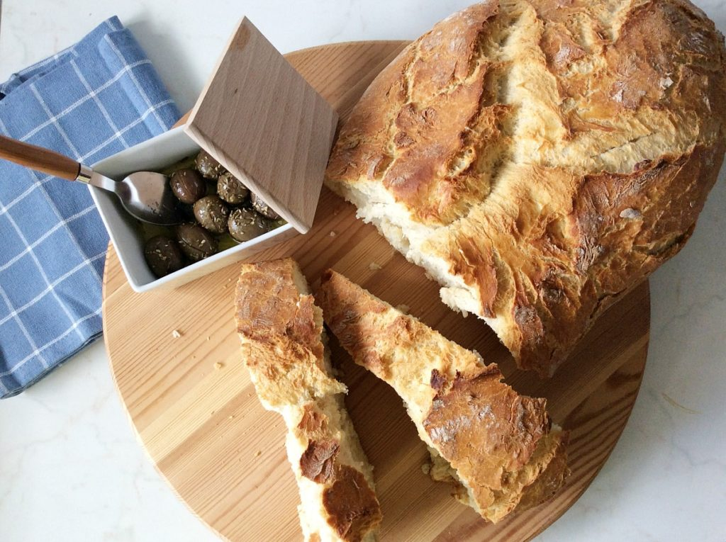 Easy homemade bread, Greek olives | Εύκολο σπιτικό ψωμί χωρίς ζύμωμα ψημένο στη γάστρα και ελιές, το τέλειο κολατσιό