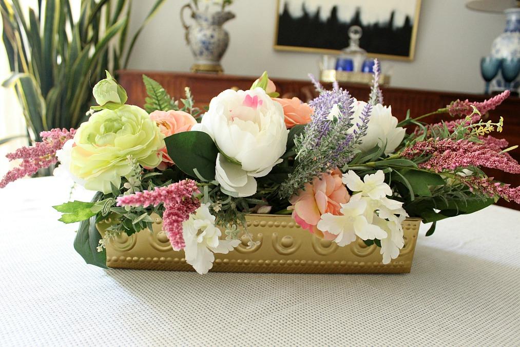 Ανοιξιάτικη σύνθεση από ψεύτικα λουλούδια για το κέντρο του πασχαλινού τραπεζιού