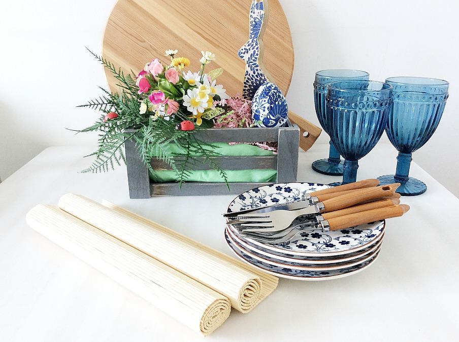 Εύκολη πασχαλινή διακόσμηση για το κέντρο του τραπεζιού, chinoiserie πιάτα, μπλε ποτήρια