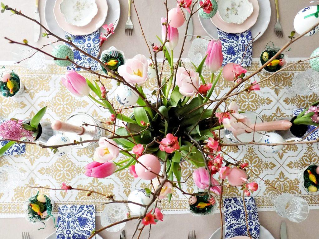 Πασχαλινό τραπέζι στα χρώματα του ροζ και της λεβάντας
