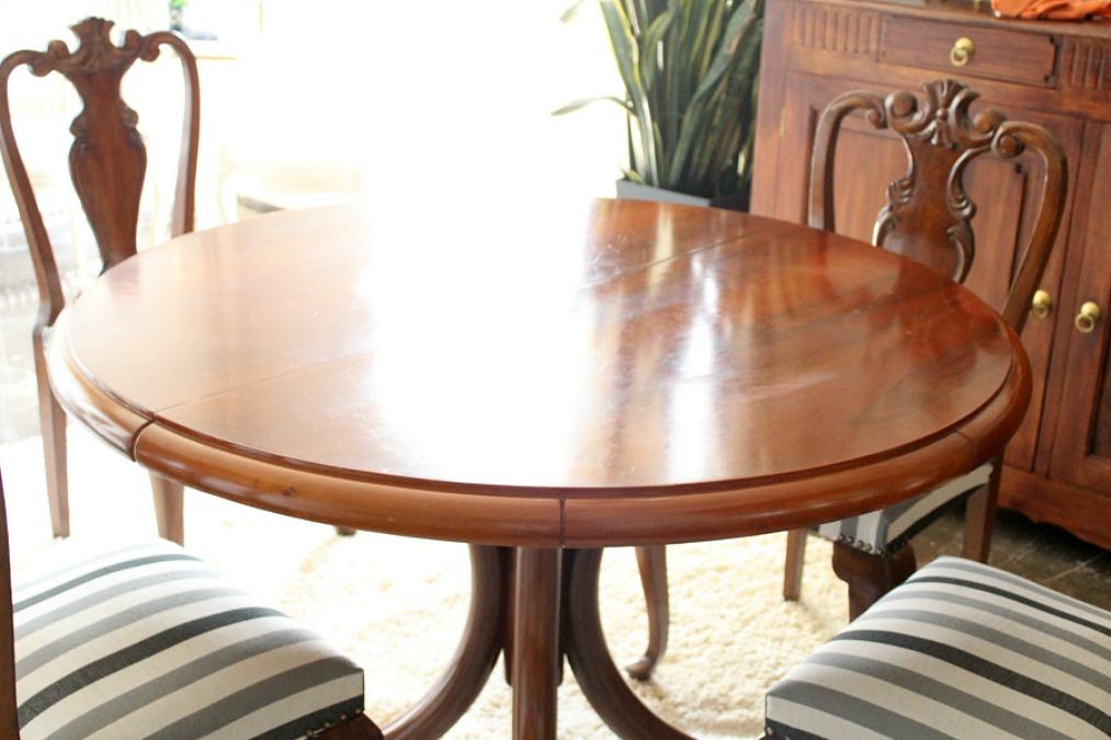 Στρογγυλό τραπέζι τραπεζαρίας με καρέκλες