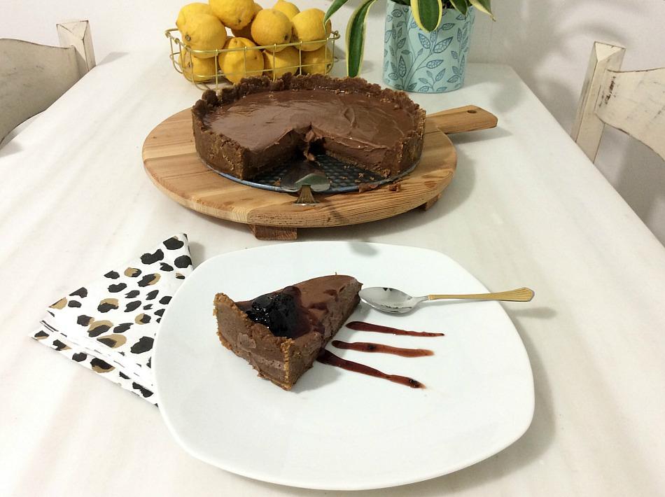 Τσιζκέικ σοκολάτας χωρίς ψήσιμο με γλυκό κεράσι