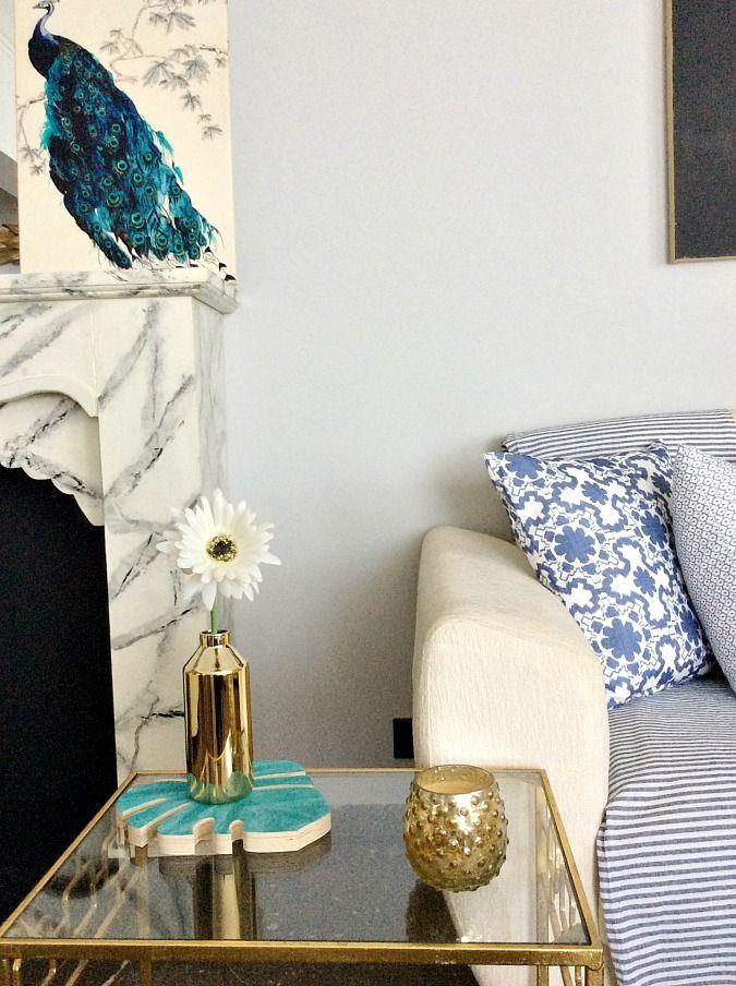 Εύκολη καλοκαιρινή διακόσμηση σε τόνους μπλε και πράσινο, μεταλλικό χρυσό τραπεζάκι, ανθοδοχείο και κηροπήγιο