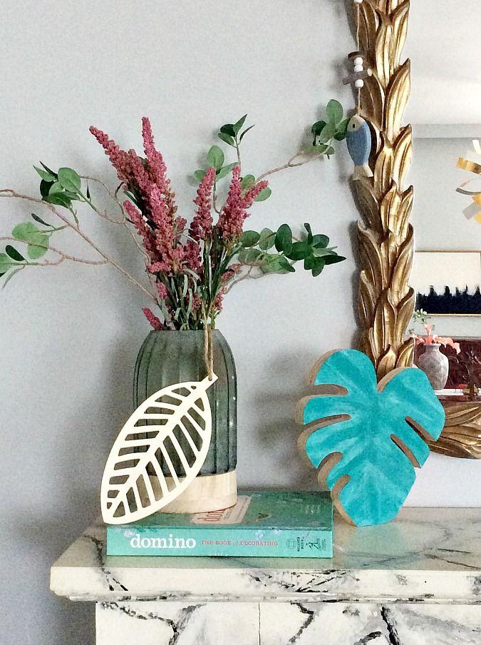 Εύκολη καλοκαιρινή διακόσμηση τζακιού, ανθοδοχείο με faux λουλούδια, διακοσμητικό φύλλο, ξύλινο φύλλο μονστέρας