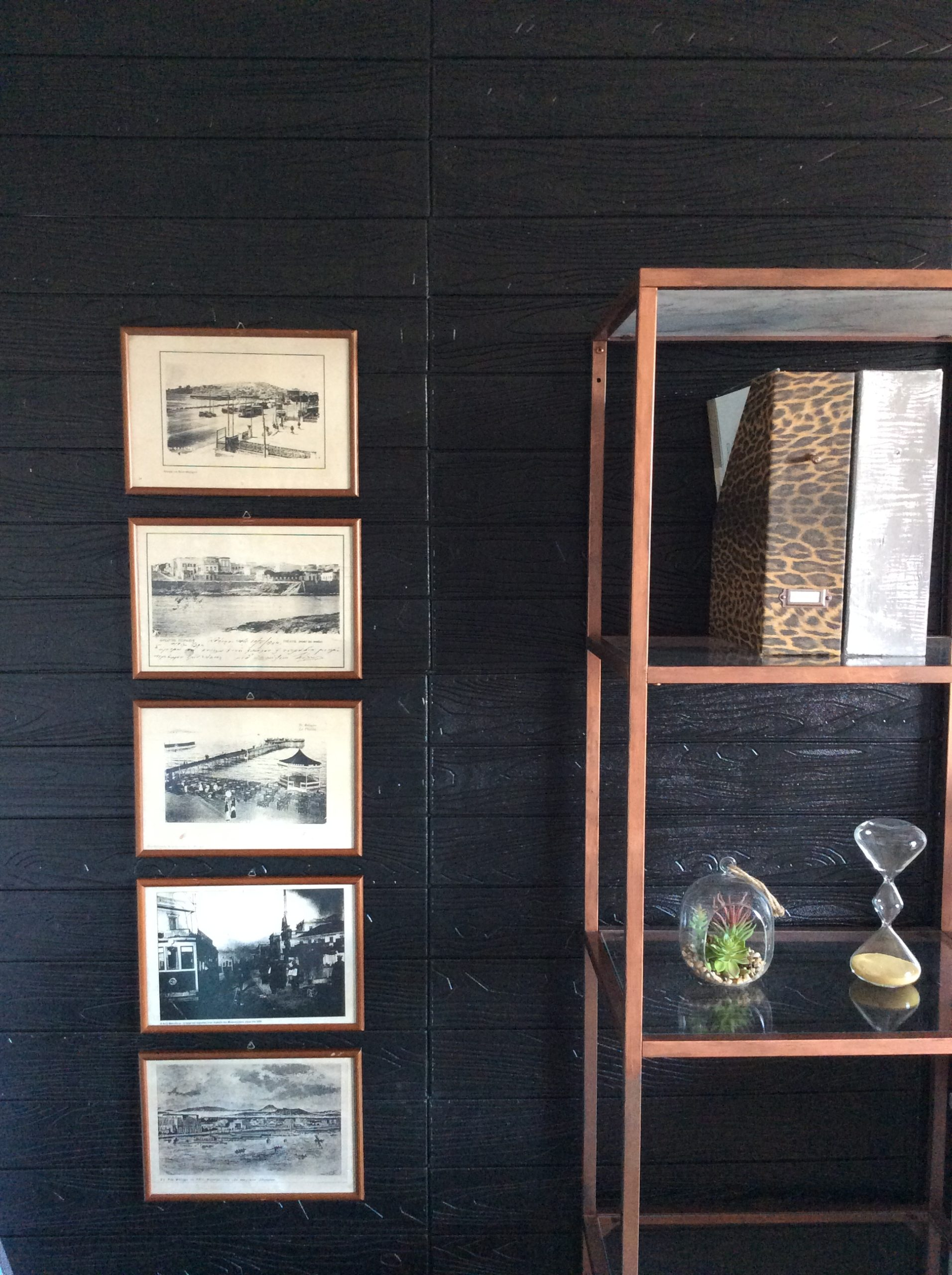Gallery wall πάλιες γκραβούρες, ΙΚΕΑ Vitsjo βιβλιοθήκη βαμένη σε χάλκινο χρώμα