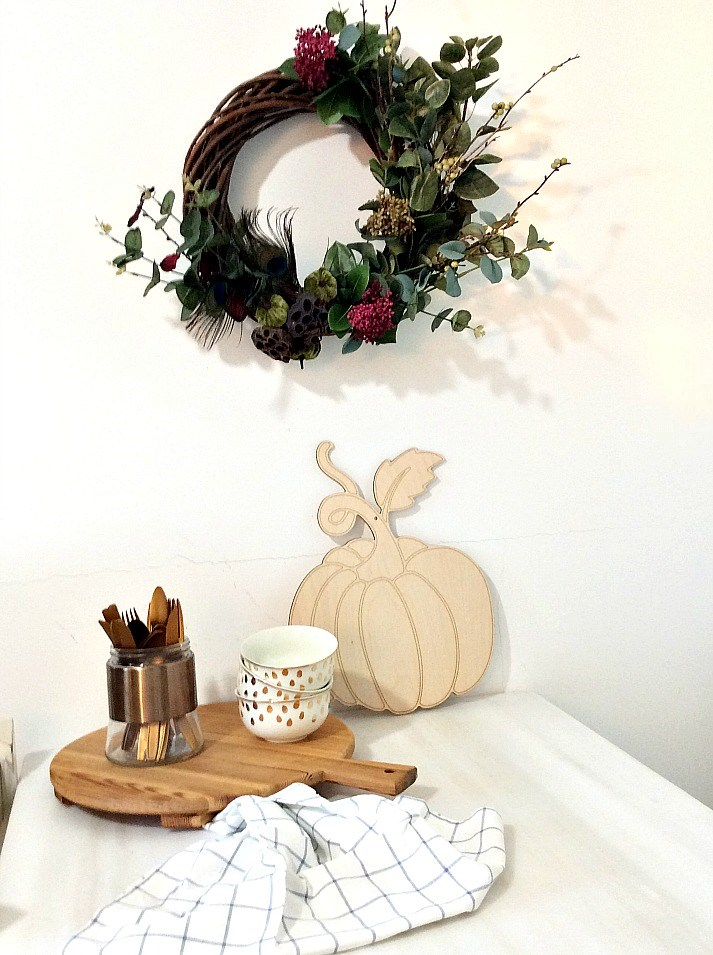 Φθινοπωρινό στεφάνι στον τοίχο της κουζίνας