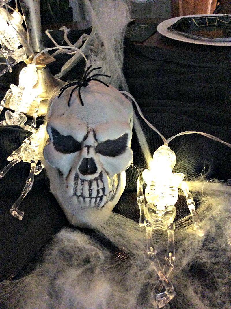Πως να στρώσουμε ένα halloween τραπέζι, φωτάκια σκελετοί, νεκροκεφαλές