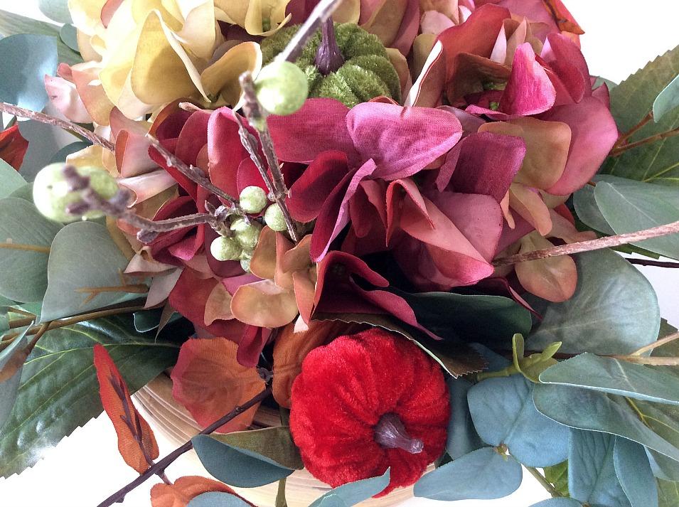 DIY φθινοπωρινή σύνθεση λουλουδιών με faux λουλούδια και βελούδινες κολοκύθες