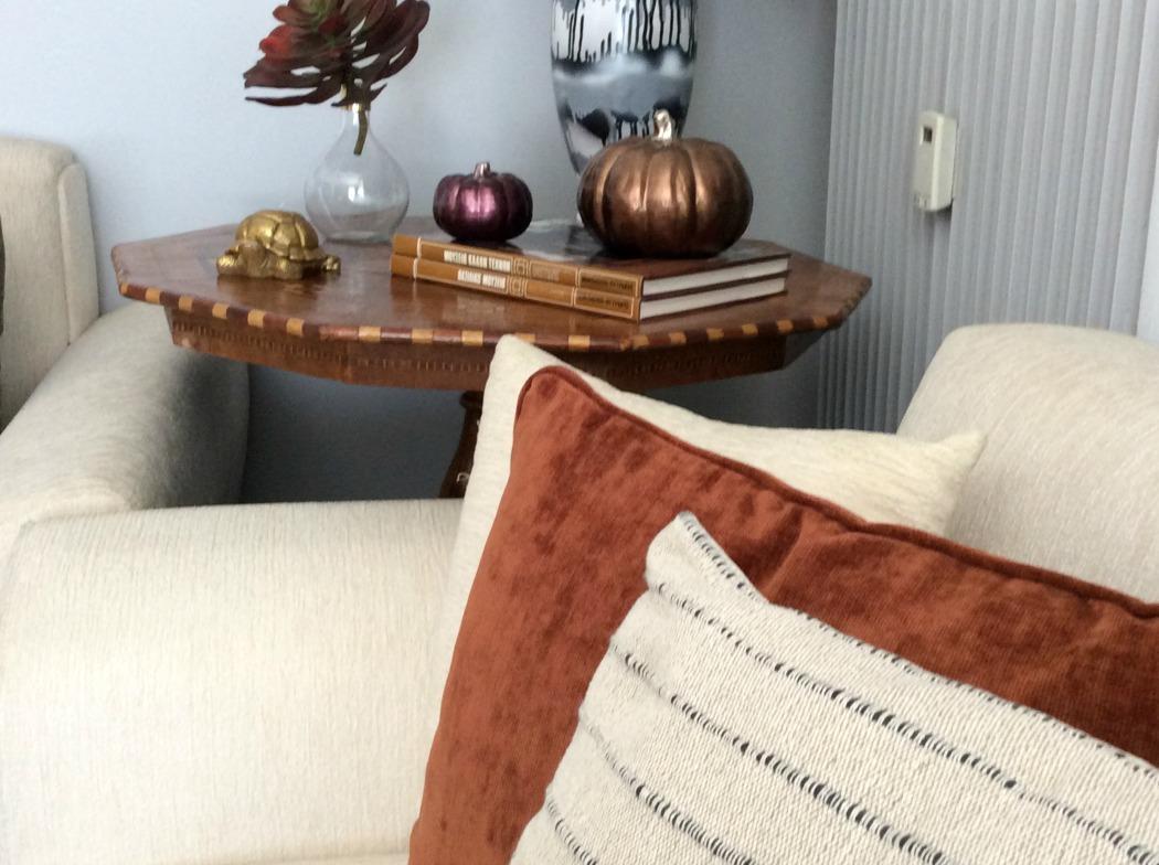 Διακοσμητικά μαξιλάρια και κολοκύθες σε φθινοπωρινά χρώματα