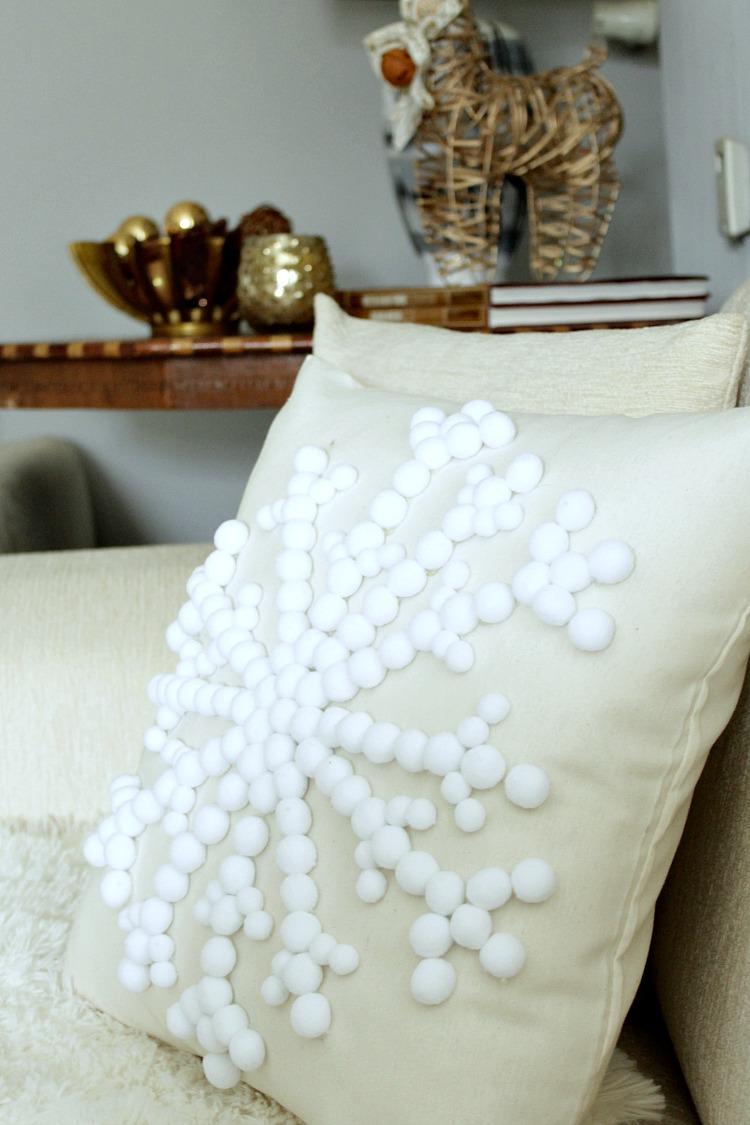 Πως να φτιάξεις διακοσμητικό μαξιλάρι χιονονιφάδα με πον πον