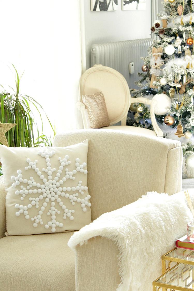 Χριστουγεννιάτικο διακοσμητικό μαξιλάρι με χιονονιφάδα από πον πον