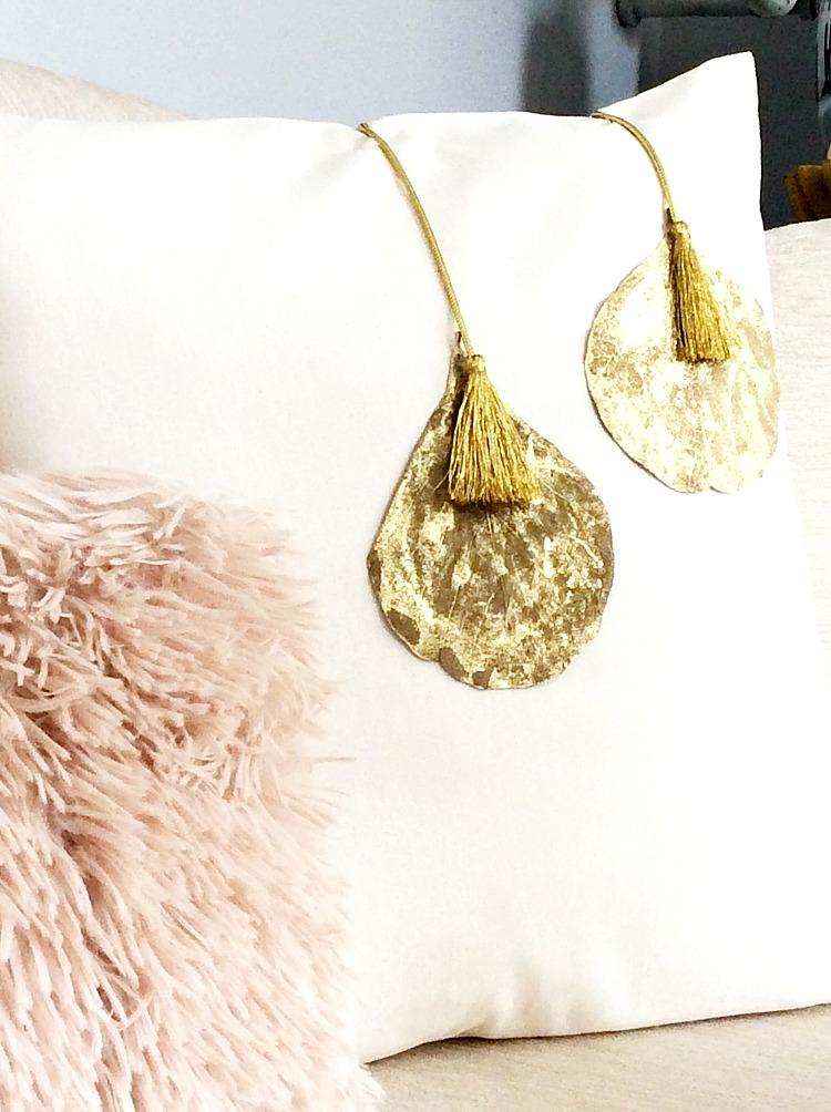 diy glam χριστουγεννιάτικα μαξιλάρια με χρυσές λεπτομέρειες