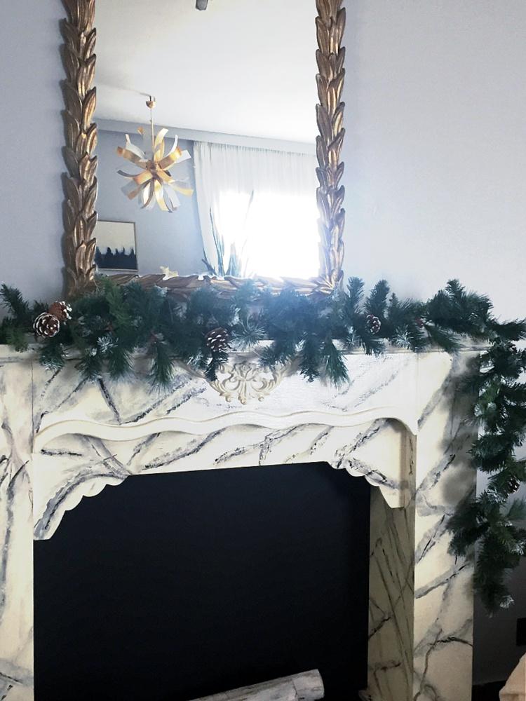 Χριστουγεννιάτικη γιρλάντα με κουκουνάρια στο τζάκι