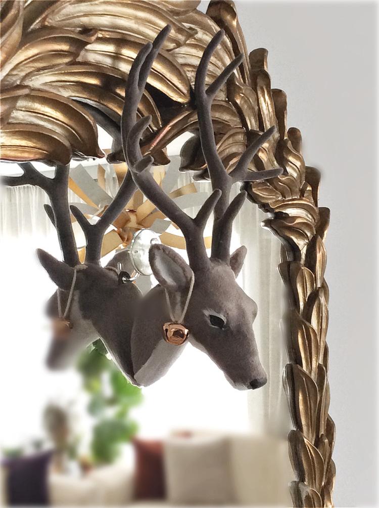 Κεφάλι ελαφιού στο καθρέφτη πάνω από το τζάκι