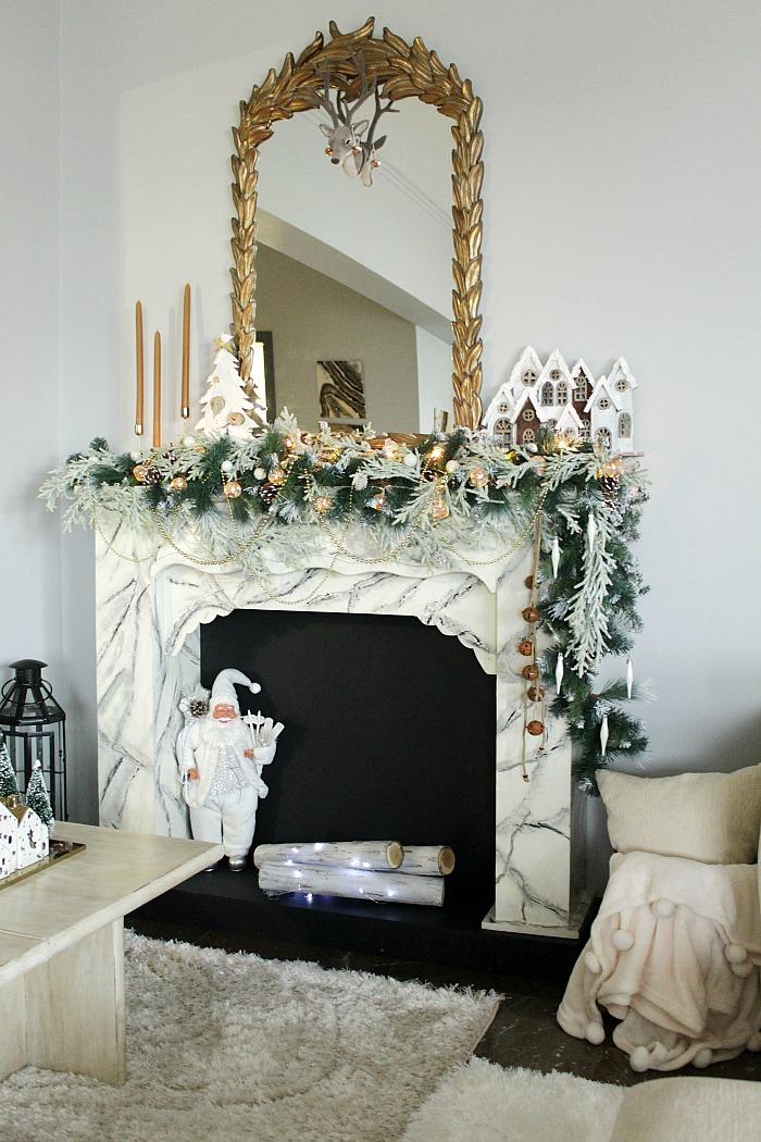 Roustic glam χριστουγεννιάτικη διακόσμηση τζακιού σε λευκό και χρυσό με ξύλινες λεπτομέρειες