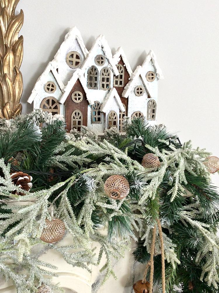 Roustic glam χριστουγεννιάτικη διακόσμηση τζακιού, χιονισμένα σπιτάκια