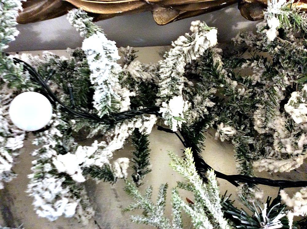 Roustic glam χριστουγεννιάτικη διακόσμηση τζακιού, χιονισμένη γιρλάντα