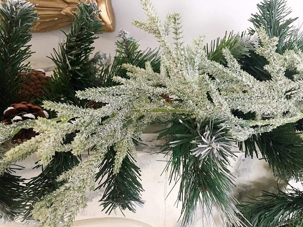 Χιονισμένη γιρλάντα, roustic glam χριστουγεννιάτικη διακόσμηση τζακιού
