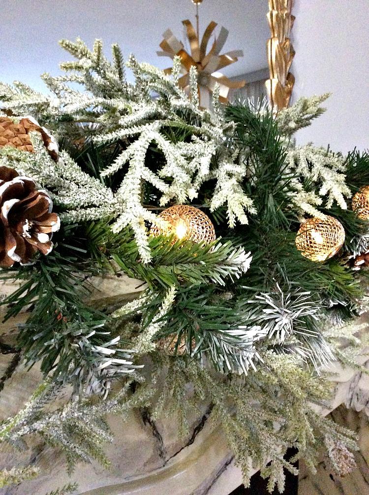 Χριστουγεννιάτικη διακόσμηση τζακιού με γιρλάντα και φωτάκια