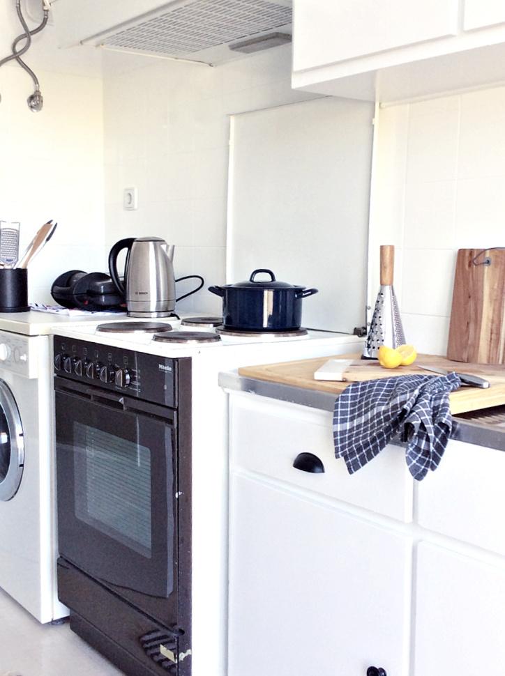 Ανακαίνιση κουζίνας, λευκά ντουλάπια και ξύλινες λεπτομέρειες