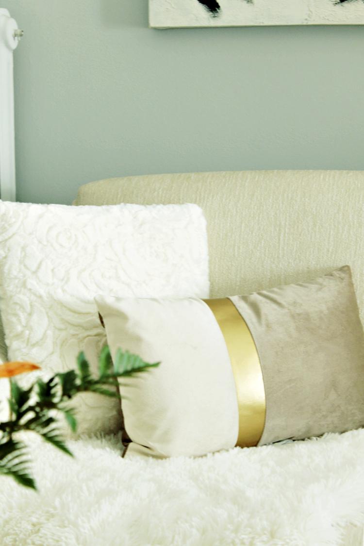 Τα διαφορετικά σε σχήμα και υφή μαξιλάρια προσθέτουν ενδιαφέρον στον χώρο