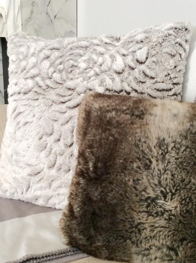 Διαφορετικοί τόνοι του γκρι γούνινα μαξιλάρια