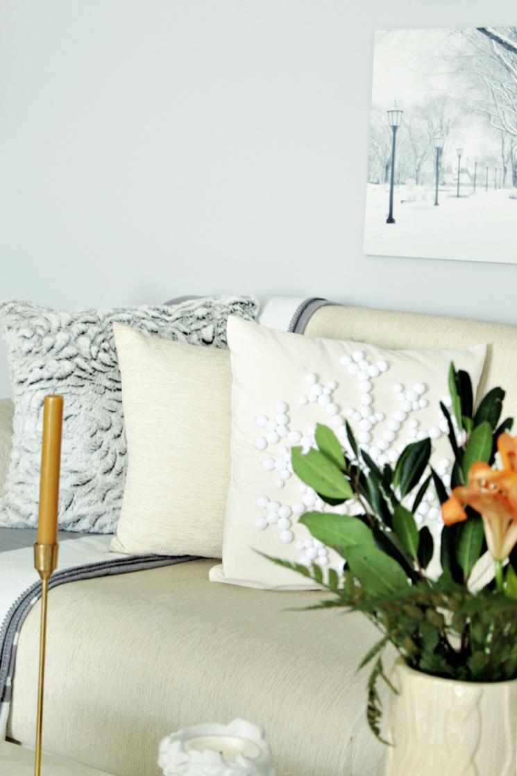 Διαφορετικές υφές και τόνοι του λευκού μαξιλάρια, πέντε tips για να διακοσμήσεις τα μαξιλάρια σαν επαγγελματίας